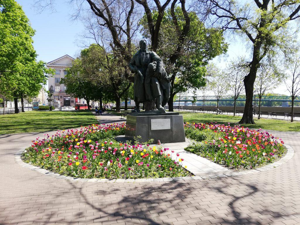 Tulips and a monument near the SNM-Prírodovedné múzeum