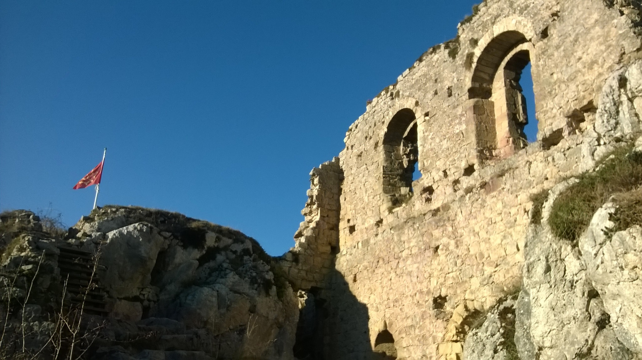 Château de Roquefixade (ruins), on the left waves the flag of Occitania