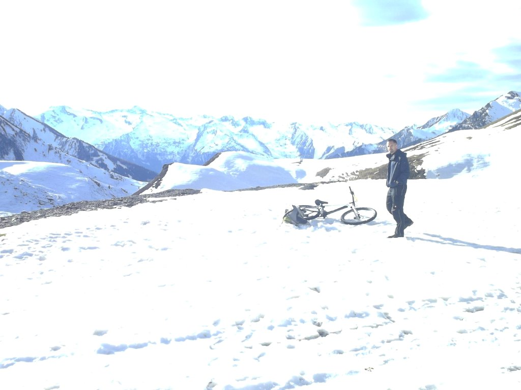A few hundred meters short of Col du Tourmalet (photo taken with a self-timer camera at around 16:30h)