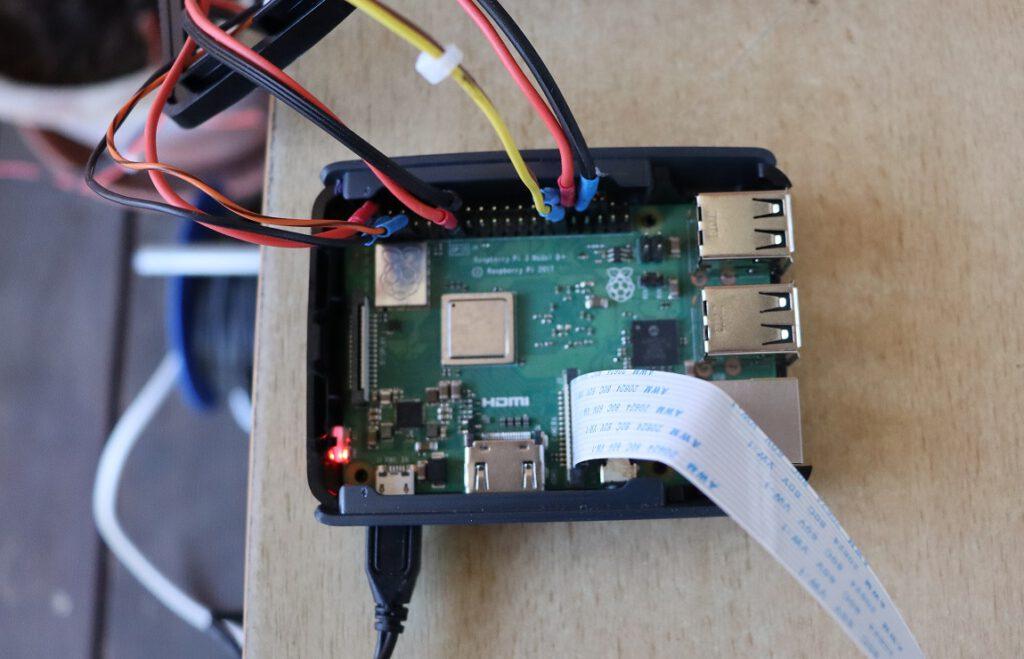 Raspberry Pi 3, Modell B+ (RasPi); am oberen Platinenrand die 40polige GPIO-Leiste, am unteren das Camera Serial Interface (CSI)